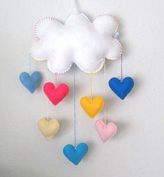 Lindo móbile de nuvem e corações coloridos. Uma chuva de amor.  Feito com feltro em cores lisas e enchimento acrílico.  Ideal para enfeite de quarto das crianças.  Podem ser feitos em outras cores.  Aceitamos encomendas.  ATENÇÃO: Com o nome em feltro aplicado na nuvem, haverá um acréscimo de R$ ...