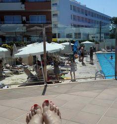 #pakollisetsomekesävarpaat #lomalla #aurinkoa #löhöilyä #altaalla