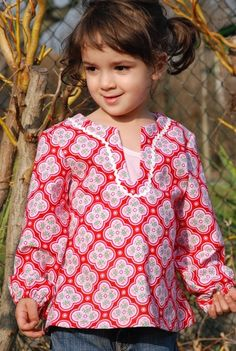 Mädchenbluse rotes Muster Ornamente Schmuckborte am Halsauschnitt