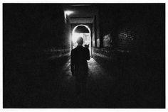 Duane MICHALS - things are queer - 1993 - suite de 8 photos noir et blanc - Street Photography, Art Photography, Jeremy Deller, Dr Marcus, Duane Michals, Photography Illustration, Man Standing, Post Punk, Close Image