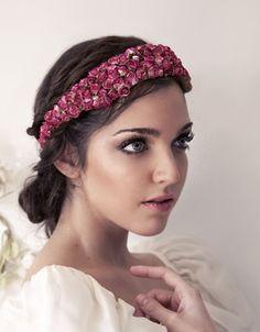Cinta forrada de mini rosas en color rosa fucsia y lazada de organza. LuciaBe http://luciabe.com/shop/cintas-turbantes/francesilla/
