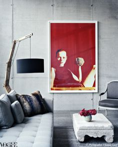 Ein großflächiges Bild im Wohnzimmer mit sonst sehr reduzierter Dekoration. Tolle Idee. #Bild #Wohnzimmer #Wanddekoration #Foto   >> Vogue Living Magazine.#interiordesign