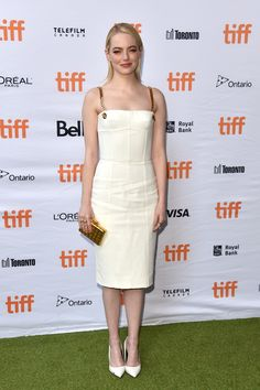 """Emma Stone attends the """"Battle of the Sexes"""" premiere during the 2017 Toronto International Film Festival at Ryerson Theatre on September 2017 in Toronto, Canada. Emma Stone Style, Cute White Tops, Cute White Dress, Jessica Chastain, Nicole Kidman, Angelina Jolie, Emily Stone, Estilo Emma Stone, Emma Stone Outfit"""