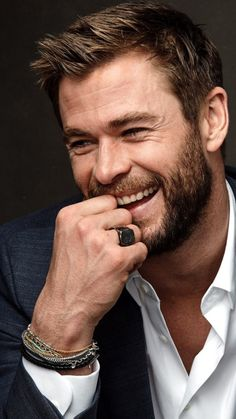 Chris Hemsworth - Top 5 Hottest Male Movie Superheroes in the avenger endgame - - Chris Hemsworth Thor, Hemsworth Brothers, Australian Actors, Poses For Men, Marvel Actors, Hollywood Actor, Gorgeous Men, Avengers, Hair Cuts
