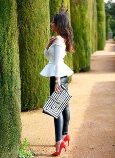 Den Look kaufen:  https://lookastic.de/damenmode/wie-kombinieren/schoesschen-top-leggings-pumps-clutch-uhr/4960  — Weißes Schößchen-Top  — Goldene Uhr  — Schwarze und weiße Leder Clutch mit geometrischen Mustern  — Schwarze Lederleggings  — Rote Wildleder Pumps