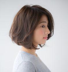 ストレートのボブススタイルを変えたい! アイロンで髪を巻くことを少しお休みしたい! 春から少しだけヘアスタイルを変えたい! そんな方におすすめしたいのが、とても自然なウェーブのボブスタイルです。 重ためにカットされたボブスタイルがベースなので、髪のおさまりがよいコンディションのままの、ふんわりした女性らしいウ Short Permed Hair, Asian Short Hair, Girl Short Hair, Short Bob Hairstyles, Short Hair Cuts, Medium Layered Hair, Medium Hair Cuts, Medium Hair Styles, Bob Perm