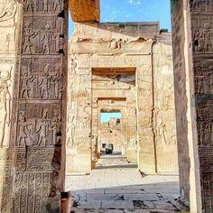 El Templo de Kom Ombo fue erigido en el siglo II a.C y ampliado durante los sucesivos reinados. Es un templo dedicado a dos dioses Sobek y Haroeris. Varias zonas han sido destruidas por el río Nilo por terremotos y por la utilización de sus piedras para otras construcciones posteriores. #egypt #egipto #temple #templo #archilovers #instagramers #instagram #nofilter #instalovers #doors #doorsofinstagram #lugaresdelibro #doors #door #puertas #puerta #portes #porte