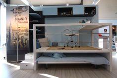 Habe es nachgebaut mit 7x7 Kantholz und Bodendielen. Maß 2,30 m x 1,50 m für ein bett auf Rollen von 1,40m x 2,00 m. Höhe Podest 0,57 m, bis Oberkannte Schreibtisch 1,30 m.