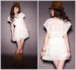 el vestido es para verano el vestido tiene encajes y es de color blanco ademas lleva un sombrero color marrón