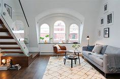 No charmoso centro de Estocolmo, há um pequeno apartamento de 55m² que nos mostra, mais uma vez, como a iluminação natural deixa tudo muito mais bonito! Co