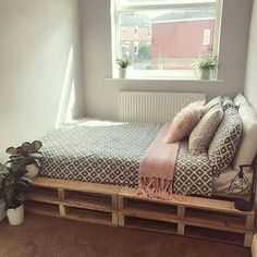 Pallet home decor, diy home decor и room decor. Pallet Home Decor, Diy Pallet Bed, Diy Home Decor Bedroom, Diy Pallet Furniture, Home Furniture, Rustic Furniture, Antique Furniture, Bed Pallets, Wood Pallet Beds