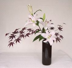 Nageire is a non-structured arrangement of flowers. The stems are bundled together tightly to form a triangular asymmetric design.