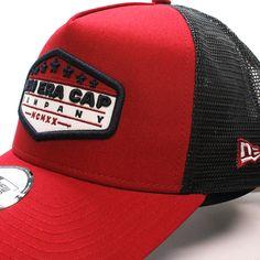 329f604e42216 Esta gorra de marca New Era es una trucker roja para verano. Tiene un parche