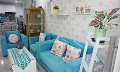 Desain Interior Ruang Tamu Minimalis Shabby Chic Minimalist Home Furniture, Shabby Chic Sofa, Location Villa, My Dream Home, Living Room Designs, Sweet Home, Room Decor, House Design, Pillows