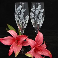 NEW! 2 Tropical Wedding Champagne Flutes with Macaws, Personalized Wedding Glasses Gift for Couple, Bride and Groom