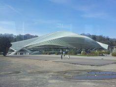 The station of Liège, the view of the skeleton of trains. Het gebouw lijkt op een groot skelet die het belangrijke in zich beschermt. Wat het mooie van het station is hoe het de binnenkant omarmt. Wat duidelijk te zien is in de vormgeving van het gebouw