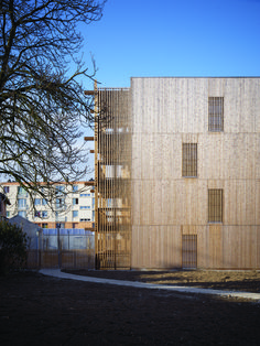 French firm Odile Guzy Architectes has completed a social housing project in Chalon-sur-Saône with slatted timber facades that form solar screens. Architecture Presentation Board, Modern Architecture Design, Architecture Graphics, Residential Architecture, Wood Facade, Residential Complex, Social Housing, Wooden Slats, Exterior Siding