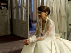 Velvet cap 14 Ana Ribera vestida de novia sentada