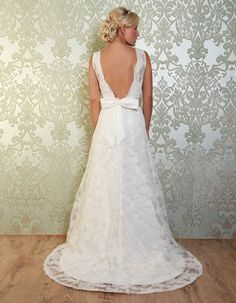 DEL RIO A pretty lace gown with bateaux neckline. A stunning feature of the gown is a plunging V back with a scalloped lace edging. https://www.wed2b.co.uk/vintage-wedding-dresses/viva-bride-del-rio.php