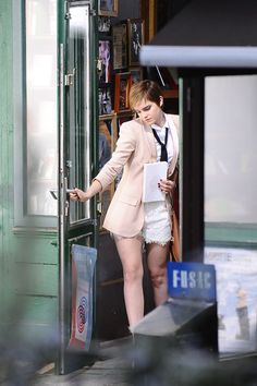 Emma Watson Photos - Emma Watson shoots an ad campaign for Lancome with photographer Mario Testino . - Emma Watson and Mario Testino on Set Emma Watson Stil, Emma Watson Legs, Photo Emma Watson, Emma Watson Beautiful, Emma Watson Sexiest, Emma Stone Outfit, My Emma, Florence Pugh, Child Actors