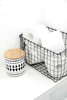 Heel sexy is het niet, wel handig: toiletpapier opbergen op een stijlvolle manie. It& not very sexy, but it is handy: storing toilet paper in a stylish way - Roomed Bathroom Toilets, Laundry In Bathroom, Bathroom Inspo, White Bathroom, Bathroom Interior, Bathroom Inspiration, Bathroom Ideas, Bathroom Organization, Bathroom Box