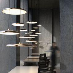 Luminarias colgantes metálicos en color cobre de diferentes tamaños con iluminación LED integrada y regulable.  #deco #decor #decoracion #interiorismo #copper #light #instadecor #decolover #interior #interiordesign #design #diseño #tendencia