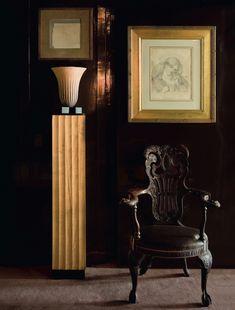 Yves saint Laurent Dans le couloir qui mène à la bibliothèque, une colonne lumineuse d'Ernest Boiceau en terre cuite et une chaise d'origine anglaise que surmonte un délicat dessin de Dante Gabriel Rossetti