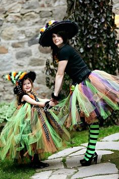This would be a fun Halloween costume to make. : ) {Tutu} {DIY Witch Costume Idea} Davison Davison D I just keep seeing you in this pic, doing every holiday and mommy mode activity. this is super cute Costume Halloween, Cute Costumes, Halloween Outfits, Holidays Halloween, Halloween Crafts, Happy Halloween, Halloween Decorations, Halloween Party, Costume Ideas