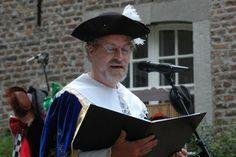 augustus 2008 - voordracht uit eigen werk op de binnenplaats van Kasteel Wijnandrade tijdens het Kunst- en Folklorefestival ; in middeleeuws kostuum!
