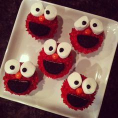 Elmo cupcakes: can of red decorator frosting, marshmallows cut in half, orange m's, oreos cut in half. Elmo Cupcakes, Elmo Cake, Brownie Cupcakes, Elmo Party, Party Party, Party Ideas, Awesome Food, Cute Food, Cupcake Ideas