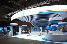 CEATEC JAPANでのインテルブース。同社のコーポレートカラーであるブルーとホワイトを基調としたデザインになっている。幕張メッセのホール4に位置している Exhibition Stall, Exhibition Booth Design, Museum Exhibition, Exhibit Design, Lighting Concepts, Display Design, Stage Design, Ceiling Design, Retail Design