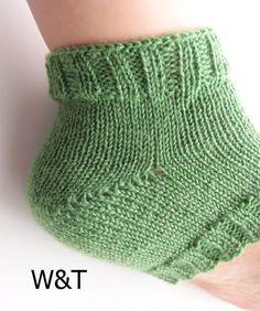 かかとの編み方3種類(W&T、日本式、ドイツ式)を編んで比較してみました。それぞれの特徴や難易度など。 – My Cup of Tea Knitted Slippers, Knitted Hats, Knitting Socks, Knit Crochet, Stockings, Heels, How To Wear, Crafts, Fashion