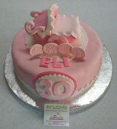 Para Eli, en su 30º cumpleaños, su esposo le ha regalado esta emotiva tarta en fondant.La razón es que acaba de nacer Aria, el primer bebe de esta bonita pareja.  Por dentro un esponjoso bizcocho de chocolate relleno de frambuesa, bien Sacher! ¡Sorprende a tu amada con el regalo mas dulce y tierno; una tarta en fondant! ¡Contacta con nosotros al 616 849 394 y haremos esa tarta realidad! ¡Llámanos, tenemos el mejor precio de Málaga! www.depaulapasteleria.blogspot.com www.tartasmalaga.net