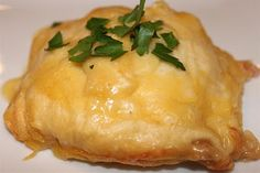 chicken and cheese crescent pockets.looks yummy Easy Biscuit Recipe, Great Recipes, Favorite Recipes, Easy Chicken Recipes, Healthy Chicken, Cooking Recipes, Healthy Recipes, I Love Food, Food Dishes