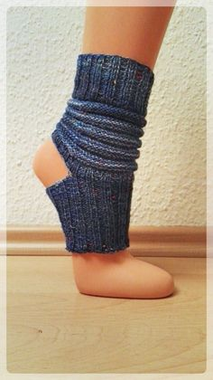 Yoga-Socken These yoga socks are quickly knit from remnants of sock yarn. The imagination in terms of color combinations knows no bounds! Crochet Socks, Knitting Socks, Knit Crochet, Knitting Projects, Knitting Patterns, Crochet Patterns, Knitting Ideas, Knitting For Beginners, Yoga For Beginners