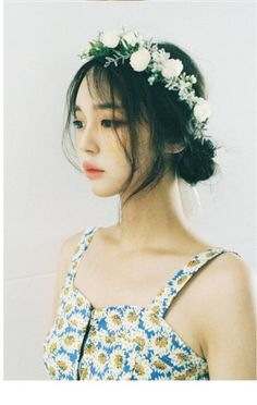 low bun + flower crown <3 <3 <3 I want this to be my hair everyday!