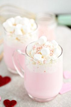 Celebrate with your loved ones this Valentine's Day with this warm-you-up, delicious Pink Hot Chocolate. It's super simple to make, too. Hot Chocolate Bars, Hot Chocolate Recipes, Chocolate Chips, Chocolate Brownies, Fun Drinks, Yummy Drinks, Beverages, Bon Dessert, Valentines Day Treats