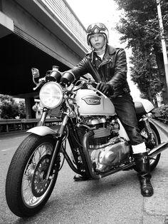 """moment-japan: """" Japanese Cafe Racer ボンネビルに乗る現代の日本人カフェレーサー。 ジェットヘルにゴーグルと黒のセミロング・ライダーズ・ブーツ。 ダブルのライダーズジャケットと濃紺のジーンズに白のハイソックス。 (個人的にはシングルのライダーズ・ジャケットのほうが好きです。) この方、何もいうことはありません。 完璧です。 """" triumph"""