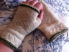 Vi 2 i sommar Lace Knitting, Knitting Patterns, Knit Crochet, Knit Mittens, Knitted Gloves, Gauntlet Gloves, Fingerless Mitts, Cascade Yarn, Wrist Warmers