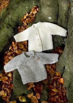 Smukke klassiske baby og børnetrøjer lavet helt enkelt. Det væres ig perlestrik eller retstrik. Disse to smukke og helt uimodståelige