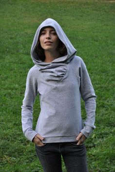 Bluza z rękawem raglanowym i dużym, głębokim kapturem zdobionym marszczeniami. Skład: 97% Cotton, 3% Lycra. Bluza wykonana jest z bawełny posiadają...