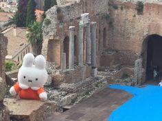 Nijntje bezoekt het Teatro Greco uit de 7e eeuw voor Chr. in Taormina op Sicilië,