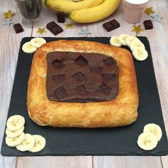 Le fondant au chocolat banane Bananas are hiding but not for long Related Post 18 Desserts With 50 Calories Or Less Raspberry Cheesecake Fat Bombs (Primal, Low Carb, . Banana Com Chocolate, Chocolate Fondant, Sweet Recipes, Cake Recipes, Dessert Recipes, Good Food, Yummy Food, Tasty, Food Cakes