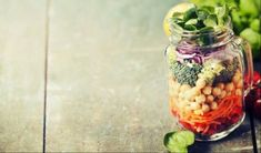 Healthy homemade mason jar salad with chickpea and veggies - healthy food, diet, detox Healthy Meals For Kids, Healthy Salads, Easy Meals, Healthy Food, Salad Recipes Video, Healthy Recipe Videos, Vegetarian Salad Recipes, Beef Recipes, Kid Desserts