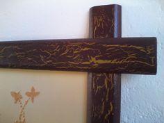 Detalle del marco de madera decorado con la técnica de craquelado