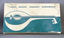 🌟Tante S!fr@ loves this📌🌟Girl Scout Pocket Songbook c. 1956 I have one of these! Girl Scouts Usa, Girl Scouts Of America, Vintage Stuff, Vintage Girls, Childhood Memories 90s, Toys In The Attic, Meet Girls, Time Warp, Fathers Love