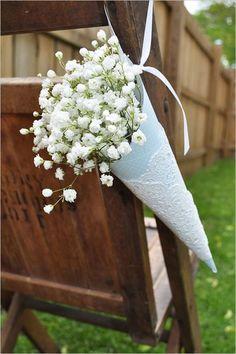 Arreglos de flores para boda con paniculatas en la decoración de sillas.