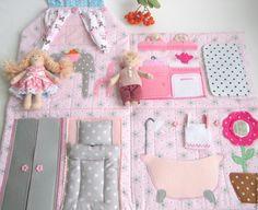 Купить или заказать Сумочка домик для куколки розовая в интернет-магазине на Ярмарке Мастеров. Розовый домик-сумочка с кармашком-балкончиком! Такой подарок уж точно понравится любой девочке! Все домики сделаны с большим вниманием к деталям, и в то же время не перенасыщены ими. Одежда у куколок съемная и не совсем обычная: одно платье - два наряда! Заказы на этот год я уже не принимаю, но для тех, кто умеет шить, под заказ подготовлю наборы материалов в желаемой расцветке: www.livemaster.