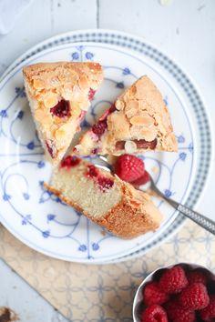Rezept für Himbeere Rhabarber Kuchen mit Zuckerkruste und Mandelhobeln - so einfach und so lecker!