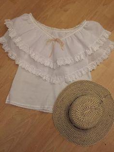 Moelo inspirado en la blusa de nuestras polleras blancas. Confeccionada en tela de hilo con arandelas en tela de coquitos con encajes de olan bordado. Siguenos en facebook Guaira by J&T